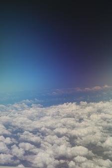 Niebo w tle - kolor panoramę na widok samolotu w pochmurny dzień. obraz koncepcyjny.