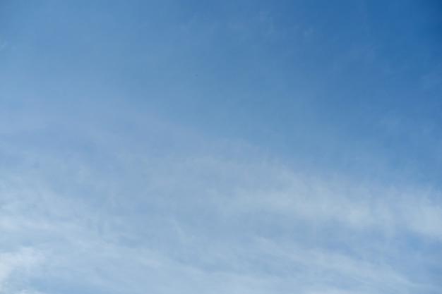 Niebo z białymi chmurami w tle. niebo i chmury w świetle dziennym. odkryty naturalny abstrakcyjne tło.