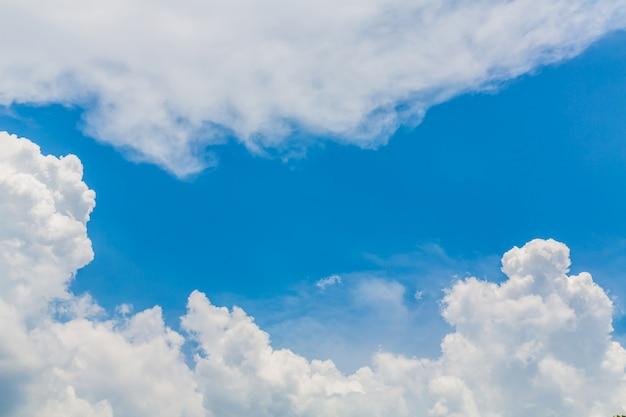 Niebo z białymi chmurami