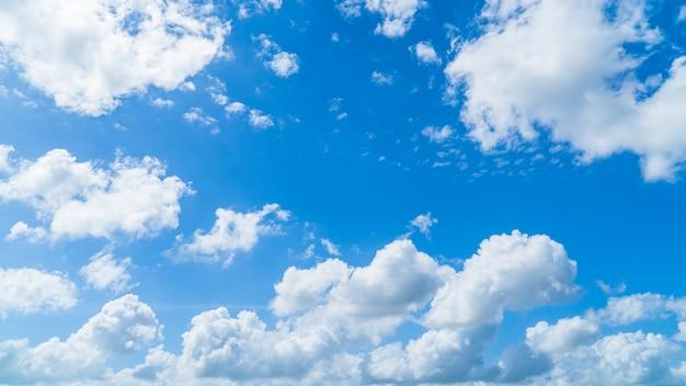 Niebo z białymi puszystymi chmurami