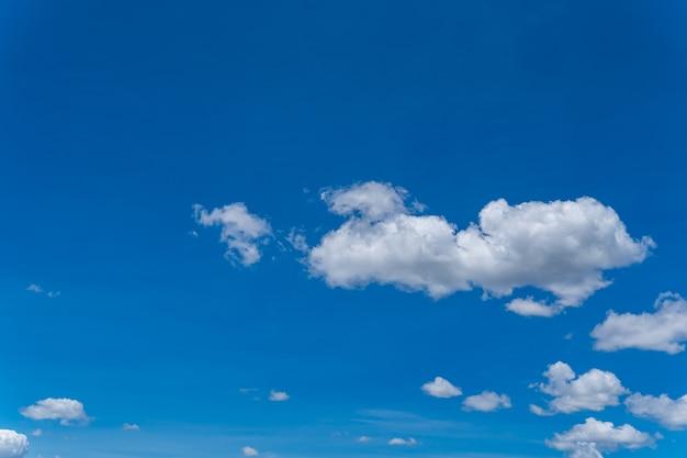Niebo z błękitem i ciemnością