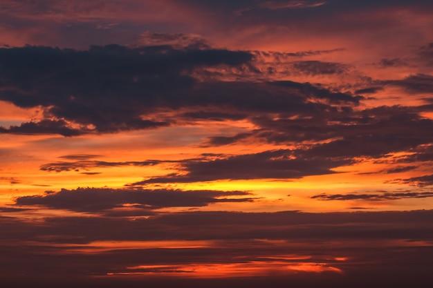 Niebo z chmurą jako tapetą w tle, pastelowe niebo