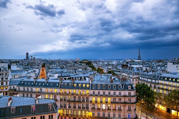 Niebo z chmurami burzowymi nad paryżem