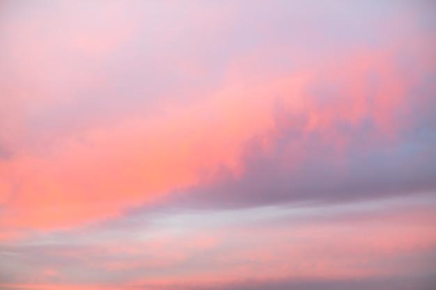 Niebo z chmurami cirrus i cumulus jest różowe o zachodzie słońca