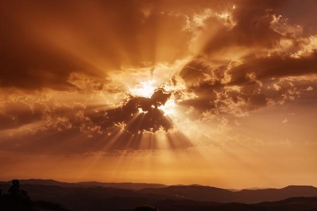 Niebo z chmurami i promieniami słońca. zachód słońca nad górami. letni wieczór. dramatyczne niebo. piękna medytacja pojęciowa.