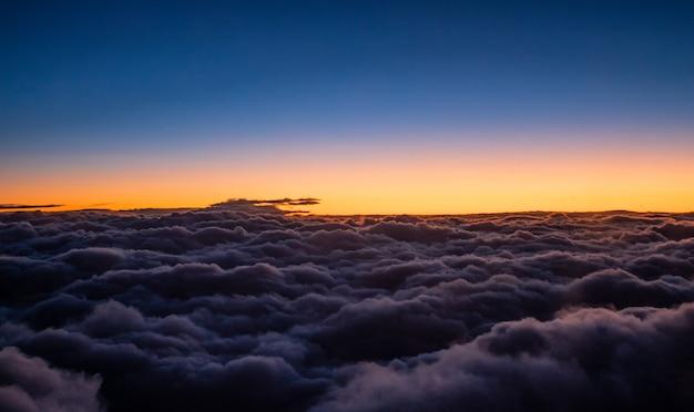 Niebo z chmurami i słońcem. zdjęcie zrobione z samolotu.