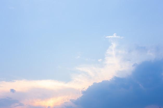 Niebo z chmurami i słońcem.