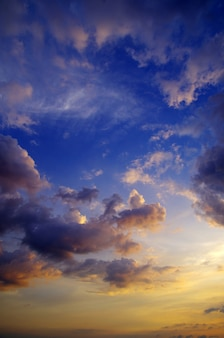 Niebo z chmurami i słońcem