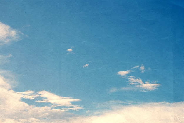 Niebo z chmurką vintage kolor toned tekstury papieru
