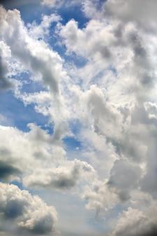 Niebo z deszczowymi chmurami