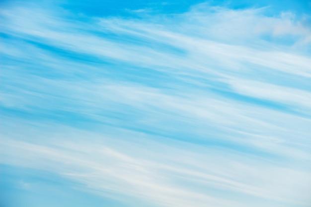 Niebo z niezwykłymi chmurami w postaci ukośnych pasów