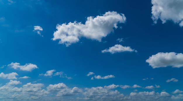 Niebo z puszystymi błękitnymi i białymi chmurami