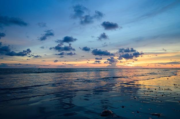 Niebo zachód słońca na plaży, zachód słońca niebo z drobnymi chmurami tle.