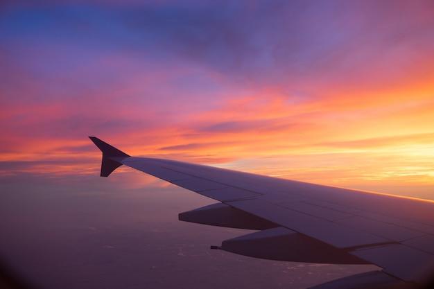Niebo zachód słońca z okna samolotu