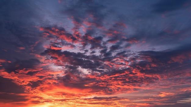 Niebo zmierzchu wieczorem z dramatyczną chmurą słoneczną