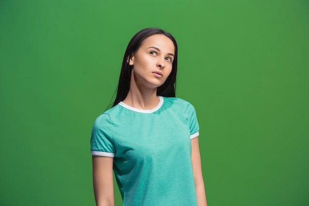 Niech pomyślę. pojęcie wątpliwości. wątpliwa zamyślona kobieta z zamyślonym wyrazem twarzy dokonująca wyboru.
