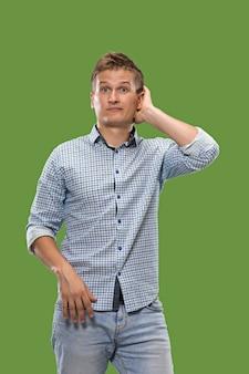 Niech pomyślę wątpliwy, zamyślony mężczyzna o przemyślanym wyrazie twarzy, który dokonuje wyboru przeciwko zieleni