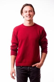 Niedbale przystojny. pewnie młody przystojny mężczyzna, stojąc przed białą ścianą