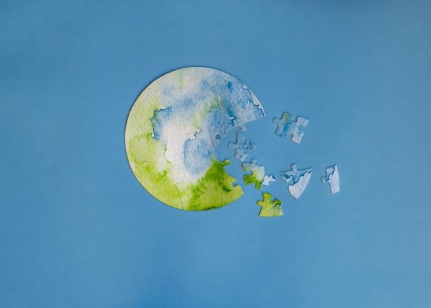 Niedokończona układanka w kształcie kuli ziemskiej. ochrona koncepcji planety