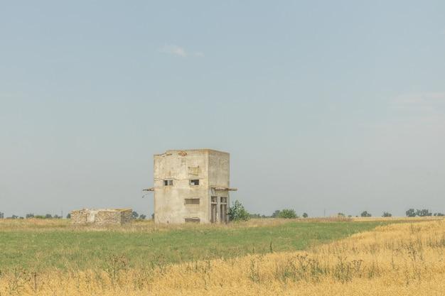 Niedokończony opuszczony dom na polu