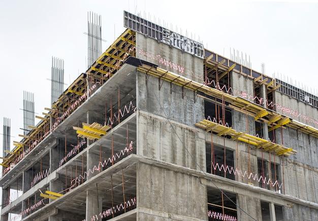 Niedokończony szary budynek w budowie na zewnątrz