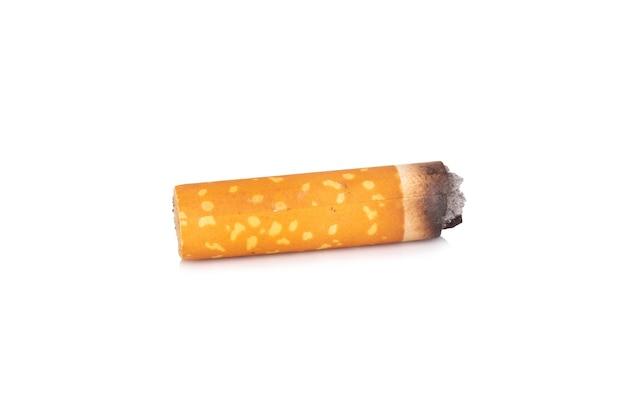 Niedopałki papierosów na białym tle.