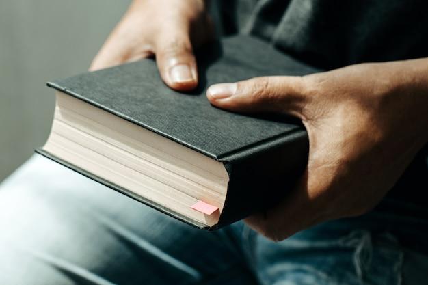 Niedzielne czytania, biblia. zamknij ręce mężczyzny trzymającego biblię