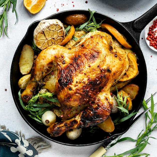 Niedzielny kurczak pieczony z ziemniakami świąteczny posiłek