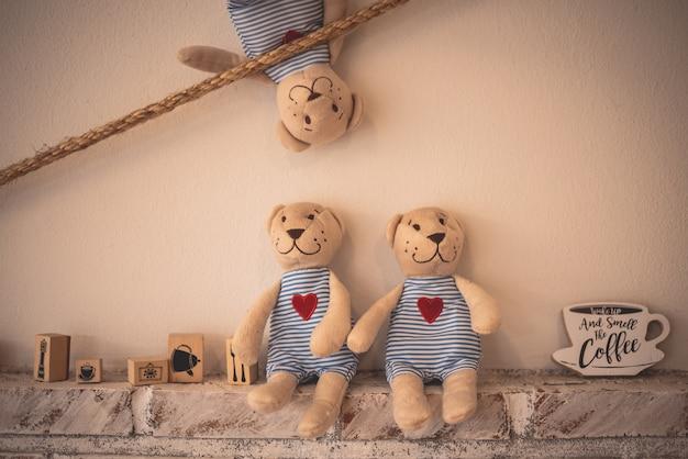 Niedźwiedź lalka na ścianie w kawiarni