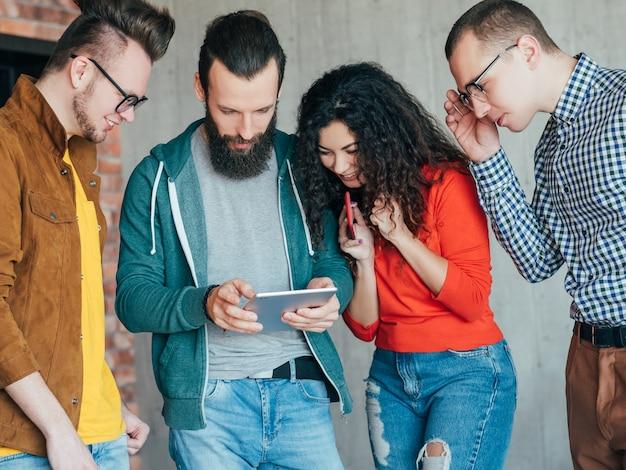 Nieformalne spotkanie biznesowe. zespół milenialsów rozmawia, dzieli się pomysłami.