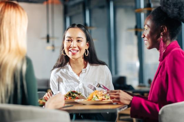 Nieformalne spotkanie trzy młode, odnoszące sukcesy kobiety biznesu odbywają nieformalne spotkanie w restauracji
