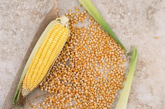 Niegotowane kłosy kukurydzy na worze