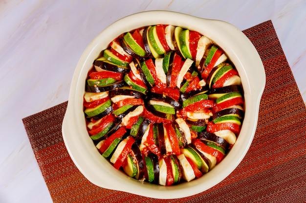 Niegotowane ratatouille z bakłażanów, cukinii, pomidorów w sosie.