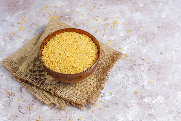 Niegotowane risotto w misce, widok z góry