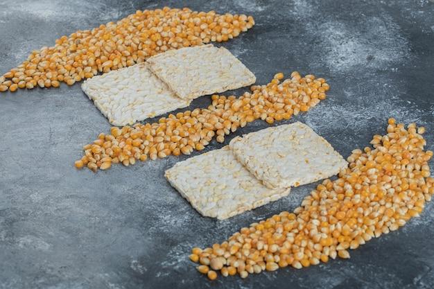 Niegotowane słodkie ziarna popcornu z chrupiącym chlebem ryżowym.