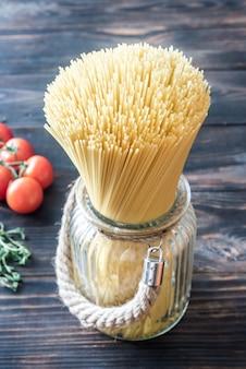Niegotowane spaghetti w szklance