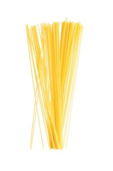 Niegotowane spaghetti żółte na białym tle na białej powierzchni