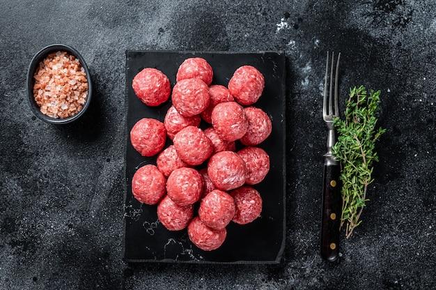 Niegotowane surowe klopsiki wołowo-wieprzowe