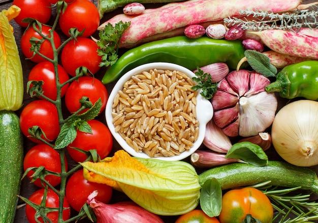 Niegotowane ziarno kamuta z warzywami widok z góry