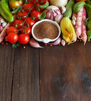 Niegotowane ziarno teff z warzywami na drewnie