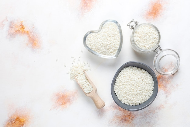Niegotowany ekologiczny ryż do risotto.