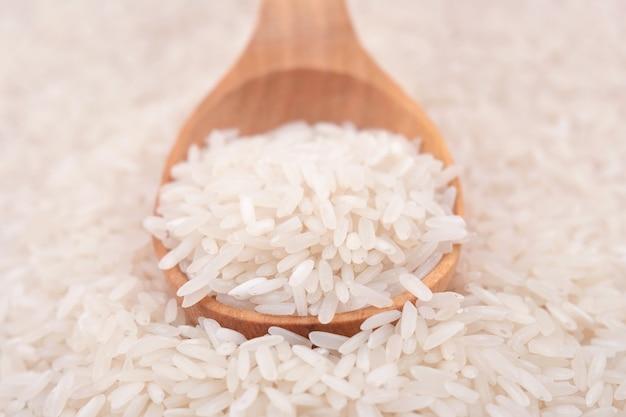 Niegotowany ryż w łyżce