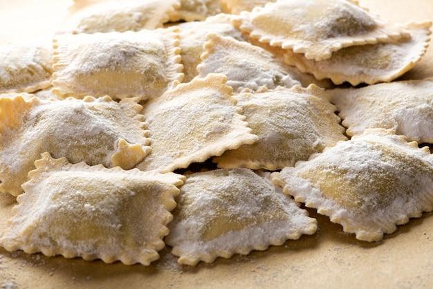Niegotowany włoski makaron ravioli