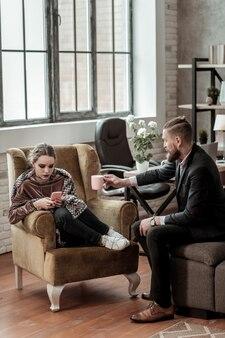 Niegrzeczna nastolatka. niegrzeczna nastolatka używająca smartfona i nie zwracająca uwagi na rozmowę z doradcą