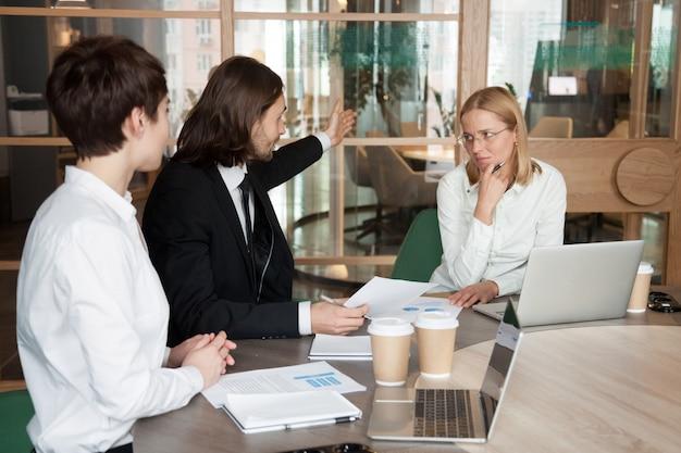 Niegrzeczny biznesmen ostrzał zmartwiony sfrustowany bizneswoman mówi opuszczać spotkania