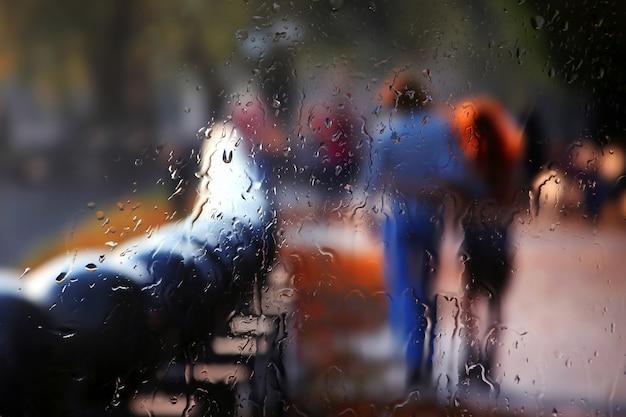 Niejasna sylwetka dwojga ludzi przez deszczową szybę