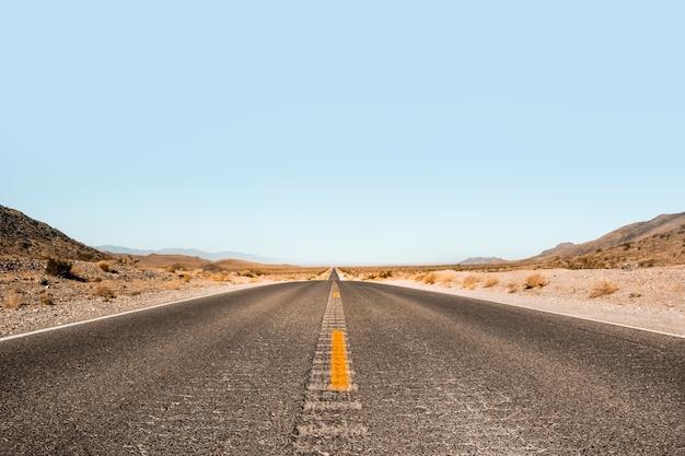 Niekończąca się przestrzeń. droga w death valley national park, nevada, usa
