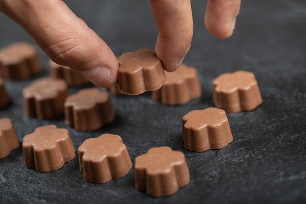 Niektóre cukierki czekoladowe na czarno.