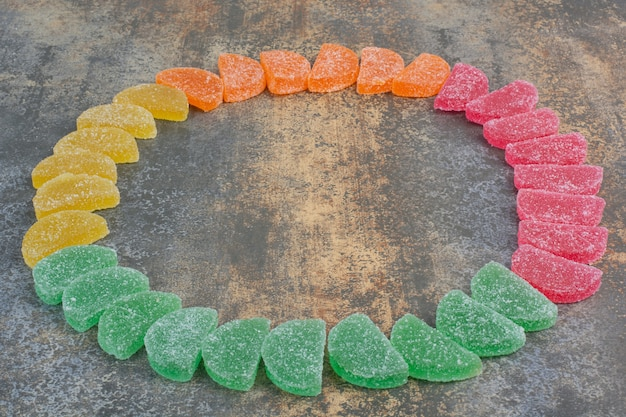 Niektóre cukierki marmolady na tle marmuru. wysokiej jakości zdjęcie