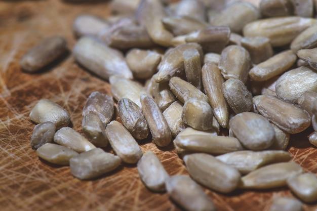 Niektóre nasiona słonecznika na drewnianym stole